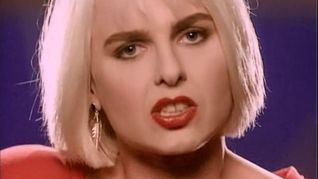 Вот уже 30 лет этот мега-хит ассоциируется у нас с соблазнением. Но увидев клип, вы очень удивитесь!